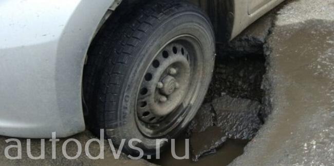 Пробил колесо в яме