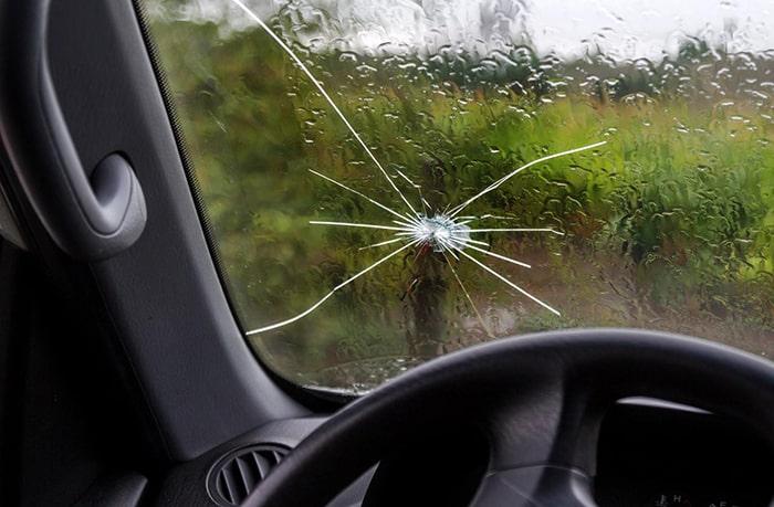 Трещина на лобовом стекле ухудшает обзор