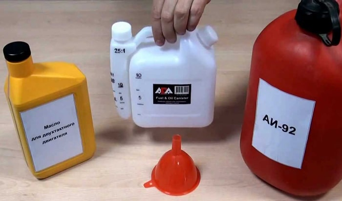 Разметка пропорций бензина и масла на канистре